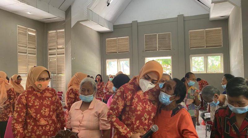 Jelang Hari Dharma Wanita, Widya Hibur Lansia di Panti Sosial Ina-Kaka