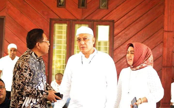 Bupati Bursel Bersama Istri Sholat Idul Fitri di Masjid Al Muhajirin Namrole