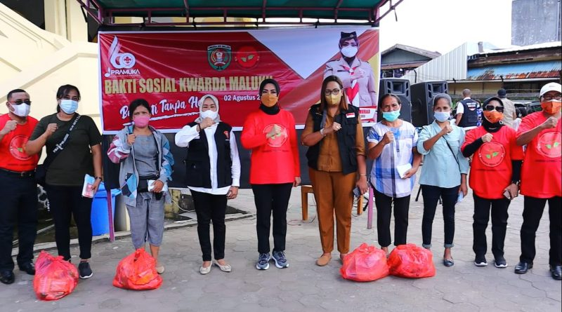 Widya Bagi 100 Sembako kepada Warga Kota Ambon